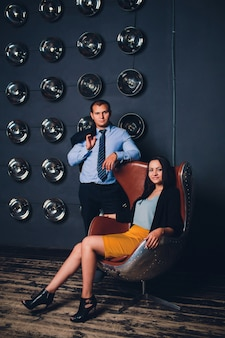 Piękna elegancka para pozuje wpólnie. przystojny brunetka mężczyzna i kobieta. studio strzał.