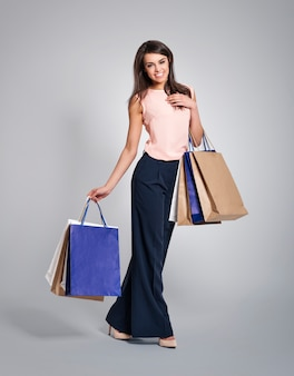 Piękna elegancka zakupoholiczka z torbami na zakupy