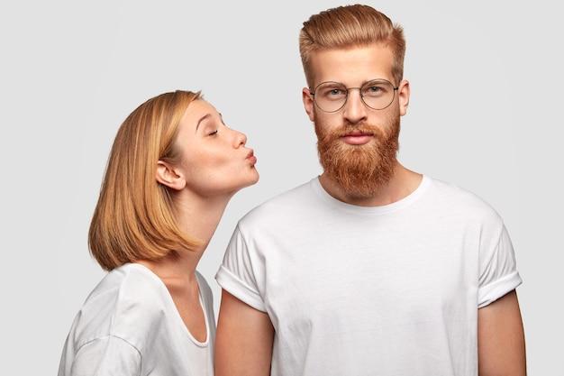 Piękna europejka z bobped fryzurą