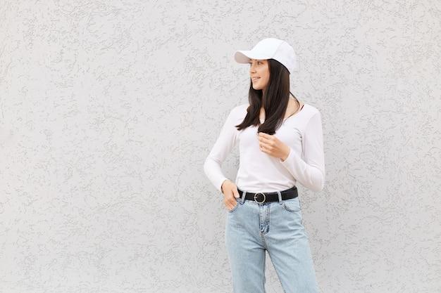 Piękna europejska kobieta ubrana w białą koszulę