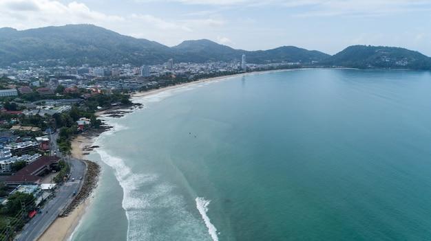 Piękna fala rozbijająca się o piaszczysty brzeg na plaży w phuket