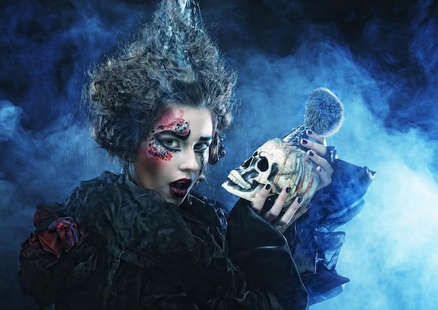 Piękna fantazja kobieta z czaszką