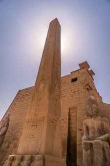 Piękna fasada jednej z najpiękniejszych świątyń w egipcie. świątynia luksorska