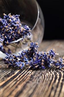 Piękna fioletowa lawenda o przyjemnym zapachu leży na starym drewnianym stole kuchennym lawendy