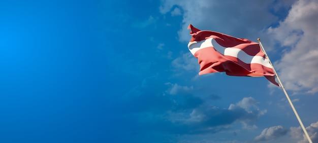 Piękna flaga narodowa łotwy z pustą przestrzenią na szerokim tle