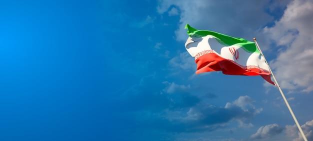 Piękna flaga państwowa iranu z pustą przestrzenią na szerokim tle