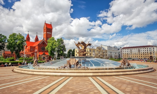 Piękna fontanna na placu niepodległości w mińsku