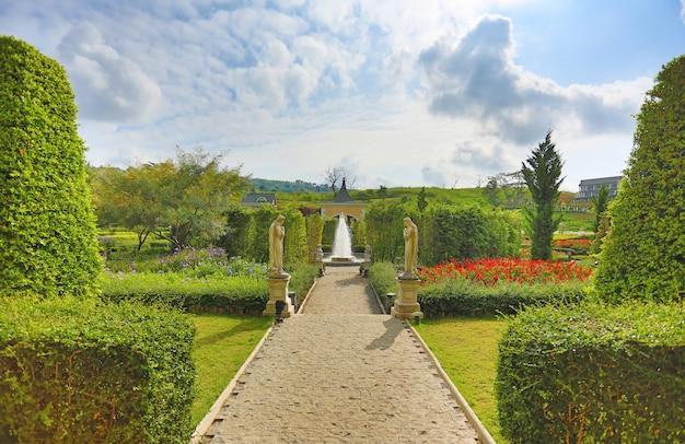 Piękna fontanna w kwiatu ogródzie.