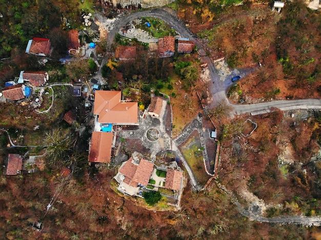 Piękna fotografia z drona z lotu ptaka. kraj gruzja z góry. górski klasztor i kościół katskhi, region chiatura. widok z lotu ptaka zachód słońca