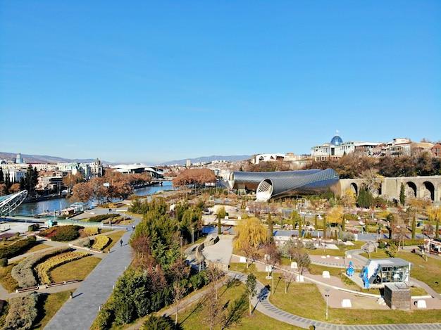 Piękna fotografia z drona z lotu ptaka. kraj gruzja z góry. stolica tbilisi. budowa rur