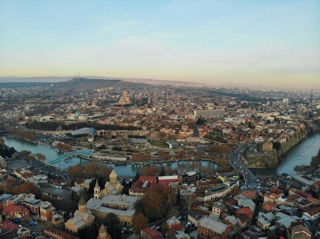 Piękna fotografia z drona z lotu ptaka. kraj gruzja z góry. stolica tbilisi. stara część miasta widok z lotu ptaka