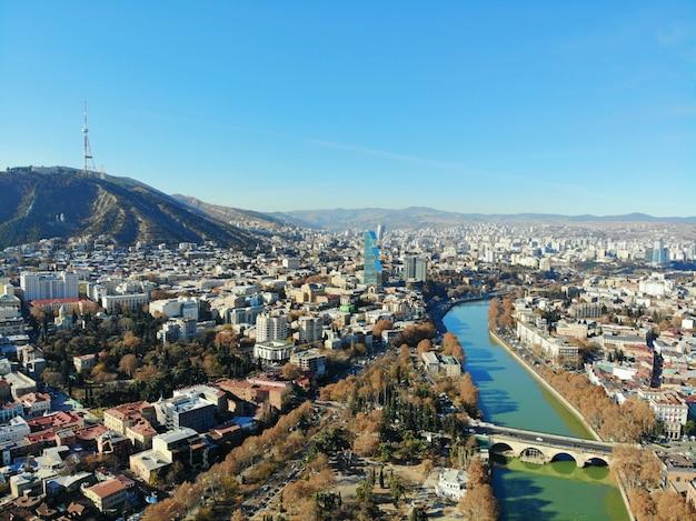 Piękna fotografia z drona z lotu ptaka. kraj gruzja z góry. stolica tbilisi, widok na rzekę