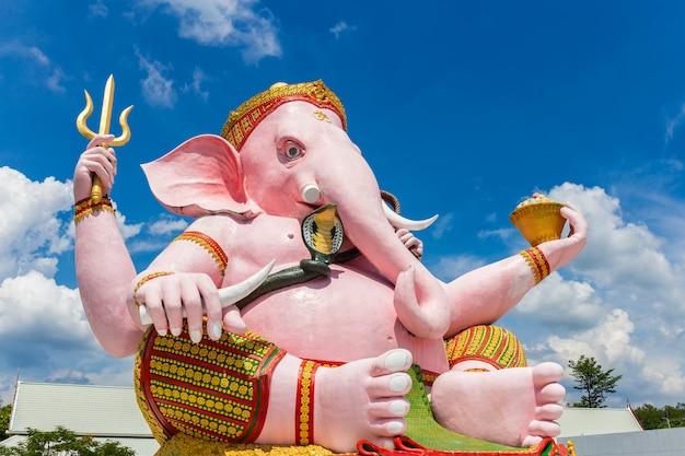 Piękna ganesh statua na niebieskim niebie w świątyni