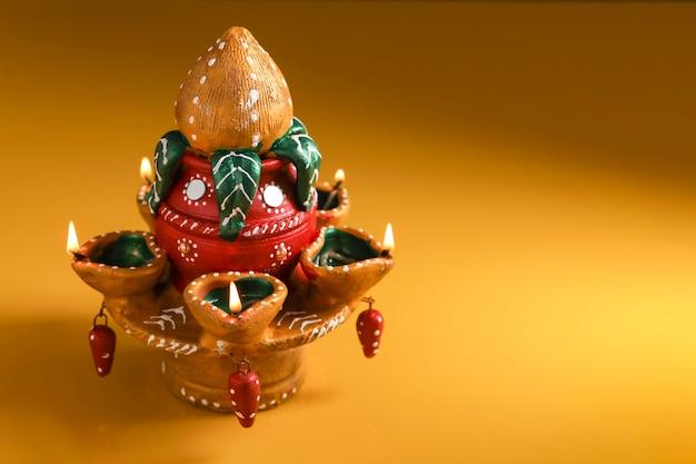 Piękna gliniana lampa naftowa na święto diwali