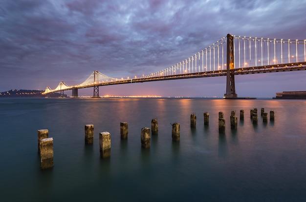Piękna godzina bay bridge, san francisco landmark