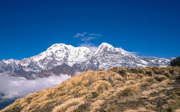 Piękna góra annapurna w nepalu.