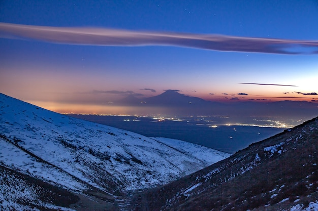 Piękna góra ararat w nocy