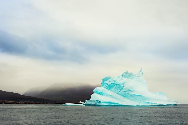 Piękna góra lodowa na oceanie atlantyckim w pobliżu wybrzeża wyspy disco, zachodnia grenlandia