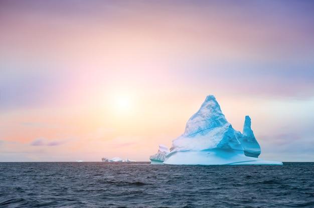 Piękna góra lodowa w lodowcu ilulissat o zachodzie słońca, zachodnia grenlandia