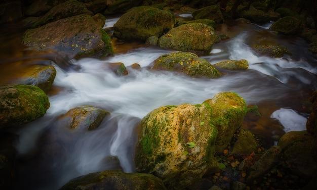 Piękna górska rzeka z hiszpanii, długi obraz ekspozycji