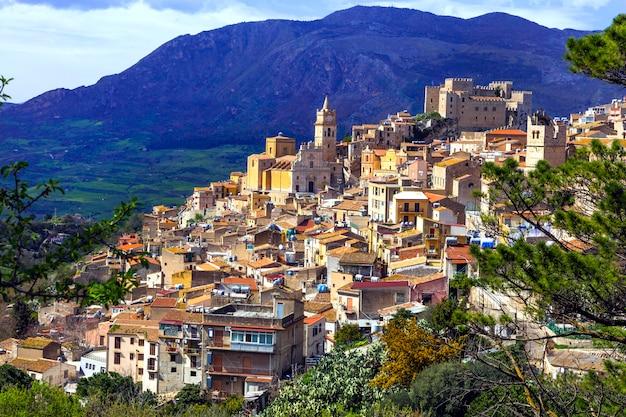 Piękna górska średniowieczna wioska caccamo na sycylii, włochy