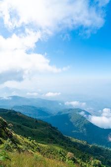 Piękna górska warstwa z chmurami i błękitnym niebem na kew mae pan nature trail w chiang mai w tajlandii