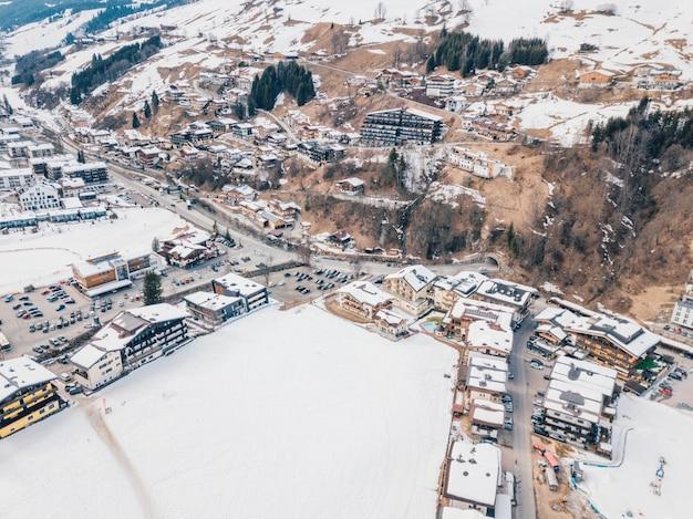 Piękna górska wioska pokryta śniegiem w alpach w austrii