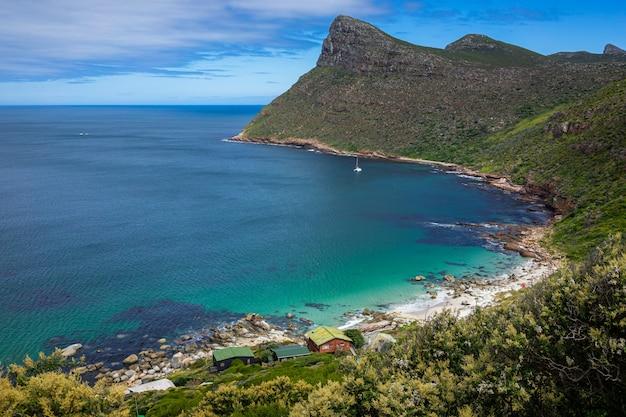 Piękna górzysta sceneria przy plażą w przylądku dobra nadzieja, kapsztad, południowa afryka