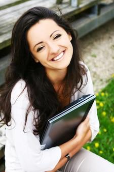 Piękna i atrakcyjna kobieta w parku