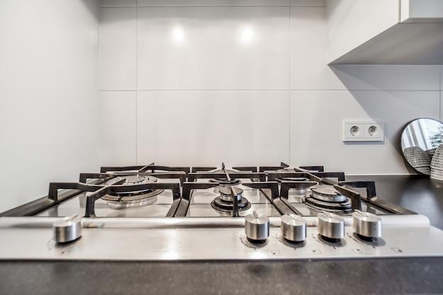Piękna i elegancka kuchenka gazowa w kuchni