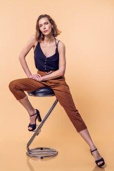 Piękna i elegancka młoda dama z delikatnym makijażem w fashionab