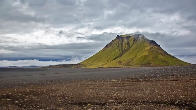 Piękna i majestatyczna góra hattfell na islandii. przyroda i miejsca na wspaniałe podróże