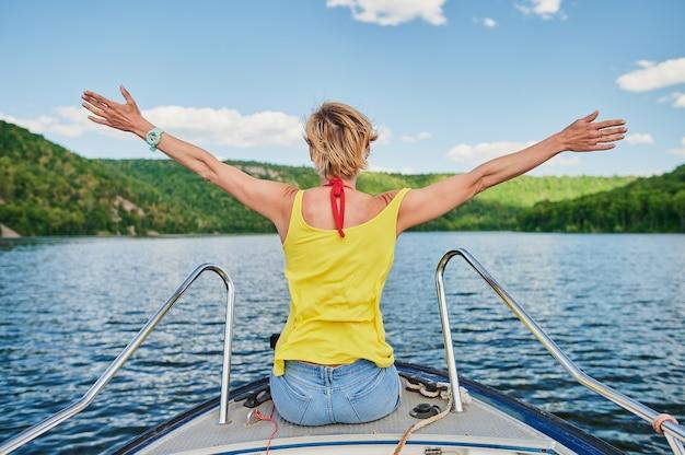 Piękna i młoda kobieta w łodzi na jeziorze ja
