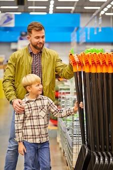 Piękna i młoda rodzina robi razem zakupy