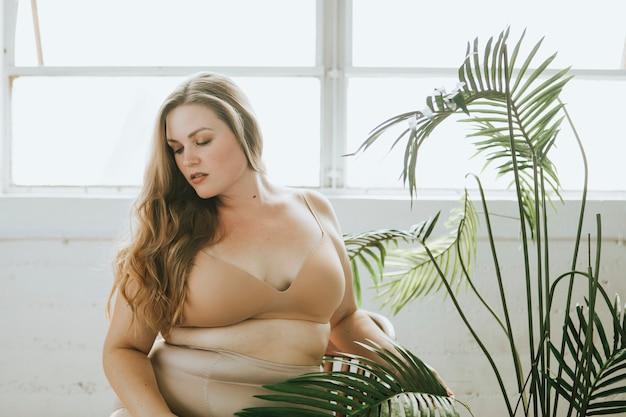 Piękna i pewna siebie kobieta wielkości w nagiej bielizny