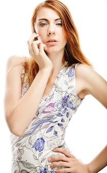 Piękna i seksowna młoda dziewczyna pozuje ubranie. modelka pozowanie studio