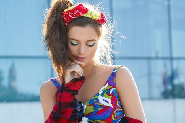 Piękna i stylowa dziewczyna na ulicy
