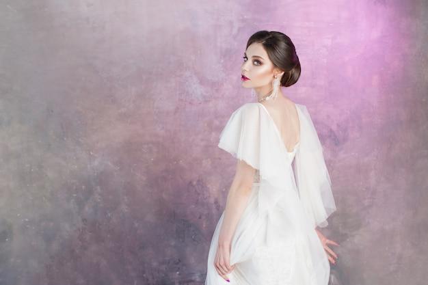 Piękna i stylowa panna młoda w sukni ślubnej z bujną latającą spódnicą