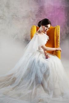 Piękna i stylowa panna młoda w sukni ślubnej