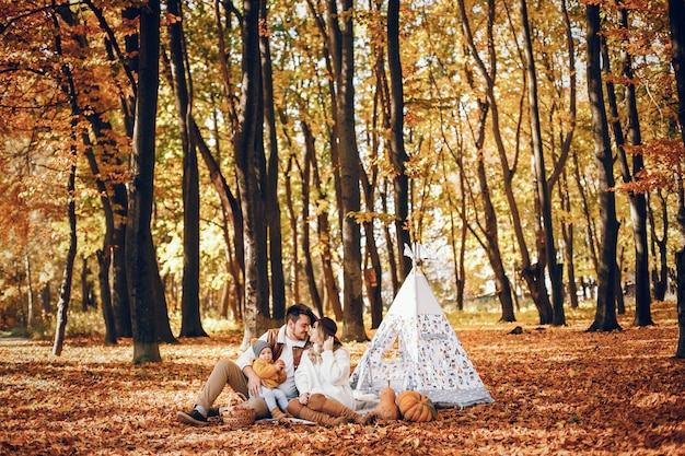Piękna i stylowa rodzina w parku