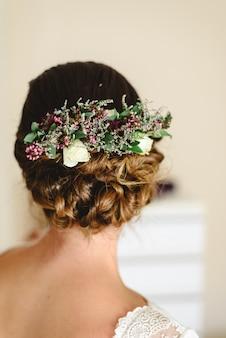 Piękna i szczupła panna młoda fryzura z jej sukienką w dniu ślubu