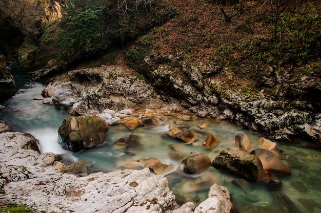 Piękna i szybka lazurowa górska rzeka płynąca w starożytnym kanionie martvili