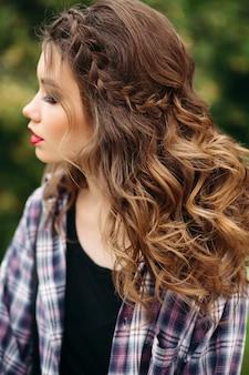 Piękna i uwodzicielska kobieta z doskonałym makijażem i fryzurą.