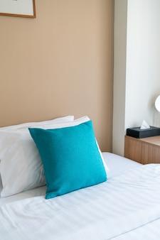 Piękna i wygodna dekoracja poduszek na łóżku w sypialni