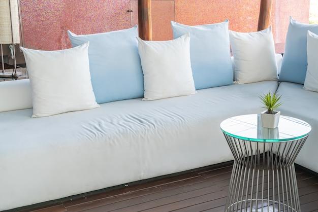 Piękna i wygodna dekoracja poduszek na sofie
