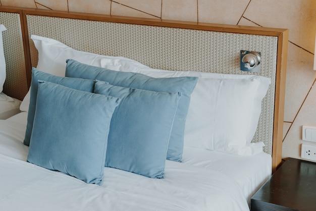 Piękna i wygodna dekoracja poduszek w sypialni