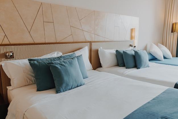 Piękna i wygodna dekoracja poduszek we wnętrzu sypialni