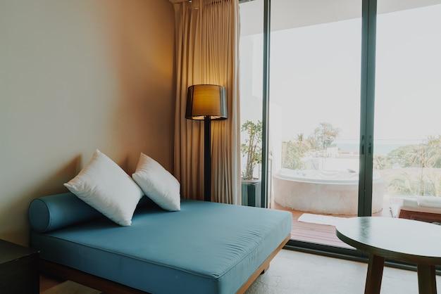 Piękna i wygodna dekoracja poduszki we wnętrzu sypialni