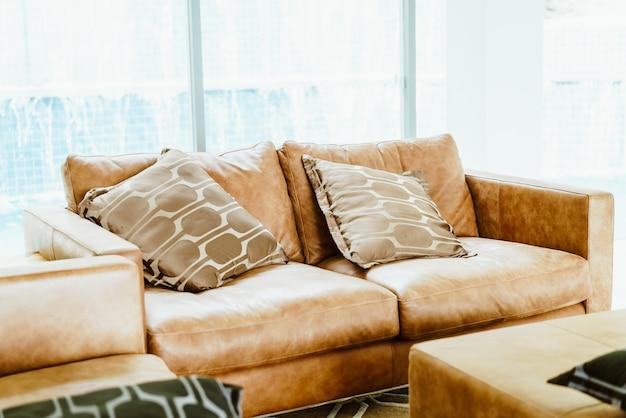 Piękna i wygodna poduszka na kanapie