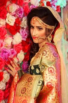 Piękna indyjska dziewczyna hinduska modelka z suknią ślubną i biżuterią.
